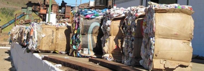 Fardos de materiais recicláveis para comercialização.